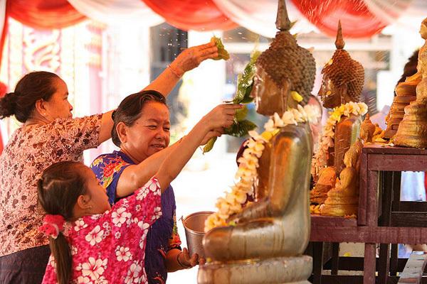Lễ tắm Phật bắt đầu vào chiều 13/5 và là mở đầu cho lễ hội đón năm mới.
