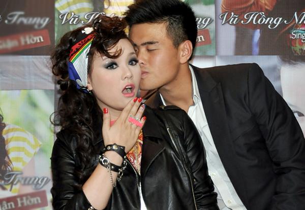 Trước ống kính, vận động viên Lê Ngọc Vũ không ngần ngại tặng Nhật Trang nụ hôn ngọt ngào lên má. Anh cũng đóng một vai nhỏ trong