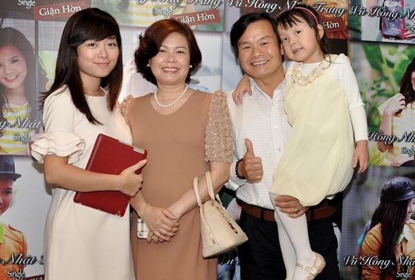 Đến mừng Hoa khôi Sao Mai điểm hẹn phát hành sản phẩm âm nhạc còn có bố mẹ và em gái cô.