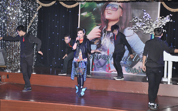 """Trong buổi gặp gỡ báo giới, Nhật Trang tự tin trình diễn ca khúc """"Giận hờn"""" cùng vũ đoàn và nhận được nhiều lời cổ vũ từ phía các phóng viên."""