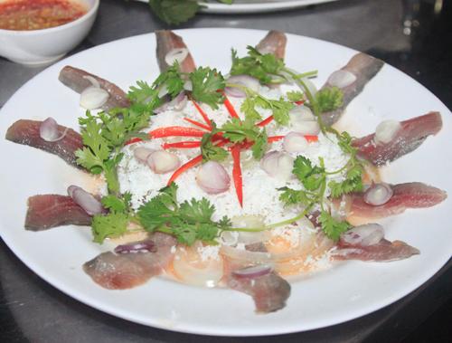 Gỏi cá trích là món ăn nổi tiếng của người dân biển đảo Phú Quốc.