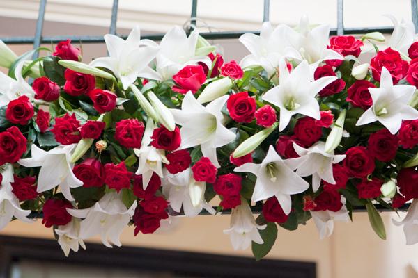 Cổng hoa được kết từ hoa hồng đỏ và loa kèn trắng.