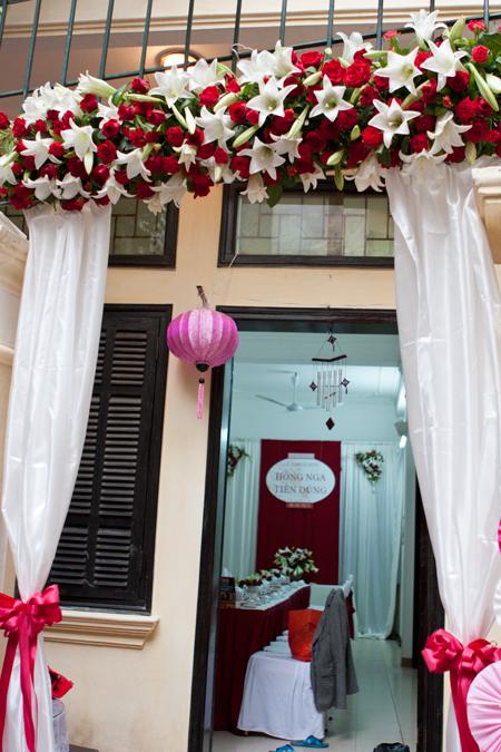 Cổng hoa và các trang trí trong nhà đều ton sur ton.