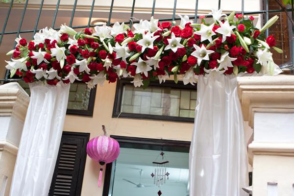 Cổng hoa đơn giản, nhưng sắc màu rực rỡ nổi bật trong không gian.
