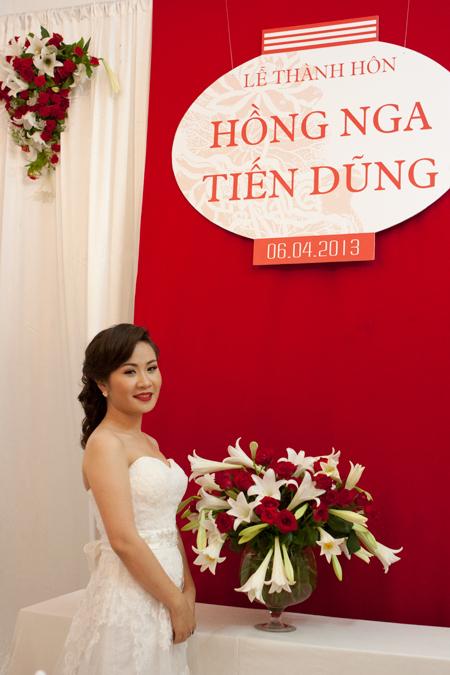 Cô dâu Hồng Nga rạng rỡ chờ chú rể trước giờ đón dâu.