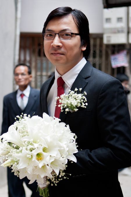 Gần 10h sáng, chú rể Cù Trọng Xoay - Đinh Tiến Dũng đã tới để nhà cô dâu để tiến hành đón dâu và thực hiện nghi lễ thành hôn.