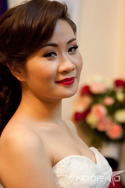 Tông trang điểm cổ điển hài hòa với trang trí tiệc cưới tại nhà gái với hai màu chủ đạo là đỏ và trắng.