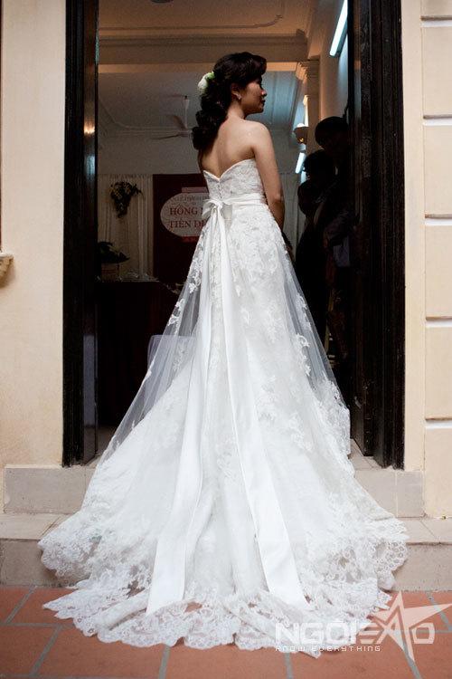 Chiếc váy đuôi cá được cách điệu khéo léo, tôn dáng cô dâu.