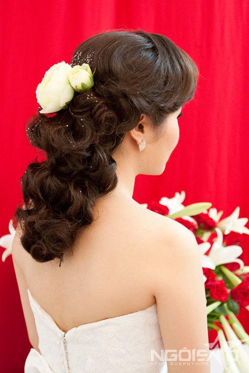 Với tông đám cưới và trang điểm cổ điển, một mái tóc uốn lọn sẽ hoàn thiện vẻ đẹp truyền thống của Hồng Nga.