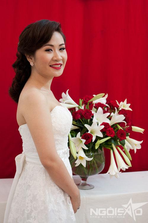 Hồng Nga chọn váy quây để khoe vẻ đẹp của bờ vai và cổ tròn.