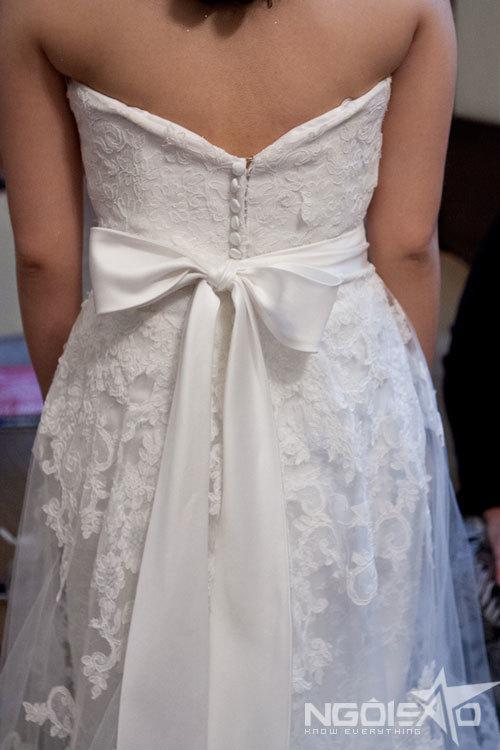 Họa tiết ren nổi được đính khắp thân và đuôi váy, thể hiện sự trang nhã/