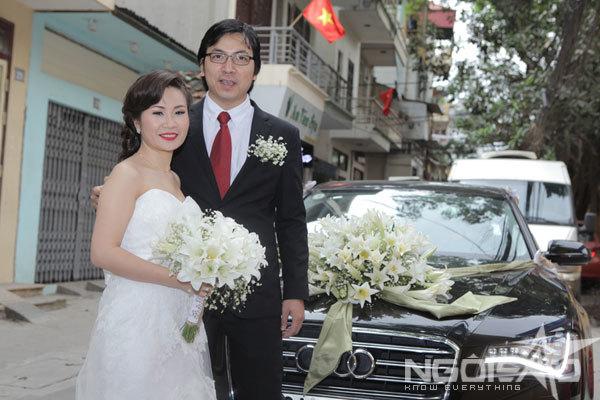 Chú rể cũng chọn hai màu đỏ và trắng cho cravat và áo sơ mi, khéo léo ton sur ton với cô dâu Hồng Nga.