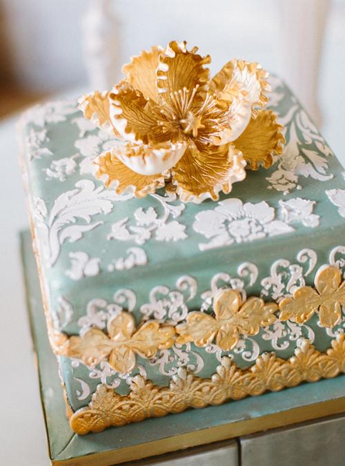 Cô dâu chú rể không nhất thiết phải phủ ánh kim lên toàn bộ bánh mà có thể điểm xuyết bằng các họa tiết trang trí hay hoa trên bánh.
