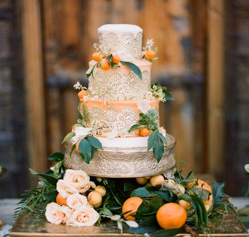 Trong nhiều trường hợp, đám cưới phong cách rustic cũng có thể chọn bánh cưới ánh kim, lúc này, bạn nên tô điểm bánh bằng những loại hoa quả gần gũi hay các phụ kiện thô mộc.