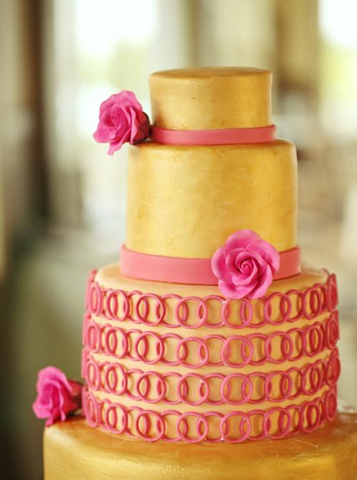 Bánh kết hợp màu vàng và màu hồng mang đến nét đẹp trẻ trung.