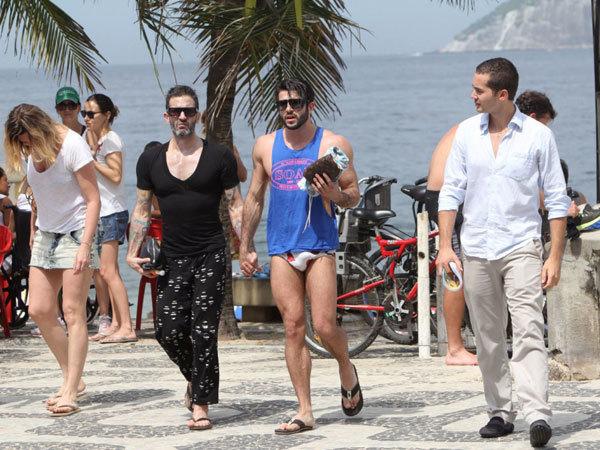 Marc Jacobs trong bộ đồ nữ tính khi cùng người tình trở về khách sạn.