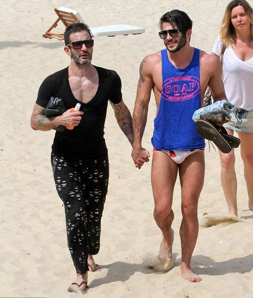 Cặp đôi tay trong tay thắm thiết.