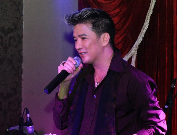 Trước tình cảm yêu mến nồng nhiệt của khán giả thủ đô, Đàm Vĩnh Hưng đã hát hơn 20 ca khúc không biết mệt.