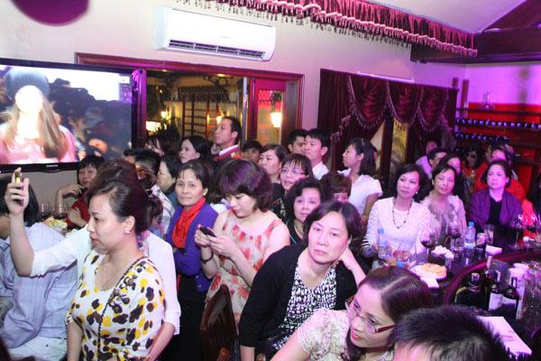 Ngoài 100 khách VIP, có rất nhiều khán giả muốn xem chương trình nhưng không có chỗ ngồi.