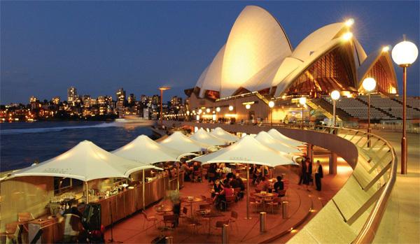 Thưởng thức một ly nước ở quán cafe Opera Bar ngay bên bờ sông, ngắm nhìn công trình nhà hát opera Sydney tuyệt đẹp - biểu tượng của Australia, sau đó vào nhà hát xem biểu diễn.