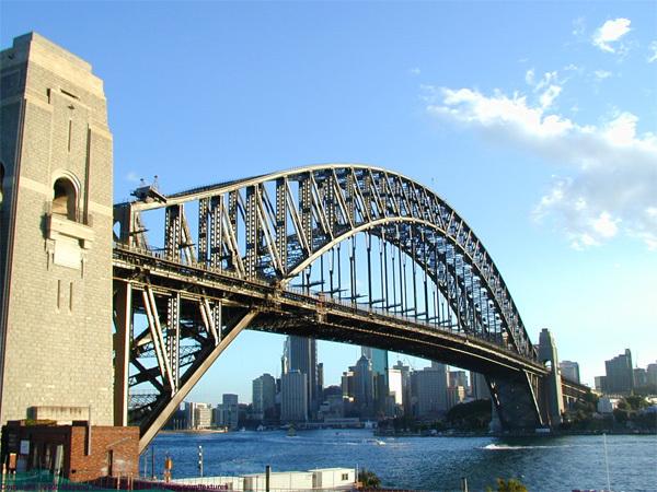 Bước từng bước leo lên những bậc thang để khám phá cây cầu cảng Sydney huyền thoại và ngắm nhìn cảnh thành phố tuyệt đẹp từ trên cầu.
