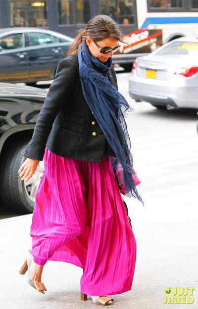Katie Holmes is pretty in pink as she arrives at The Four Seasons Hotel on Sunday afternoon (March 31) in New York City.