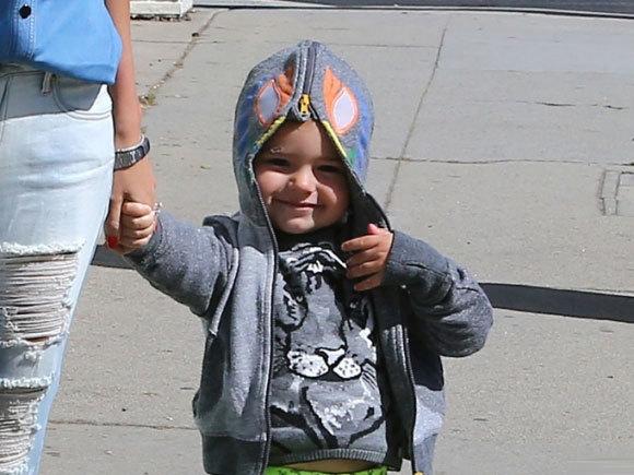 Cậu bé rất bạo dạn, thường không xấu hổ khi bị các paparazzi chụp ảnh.