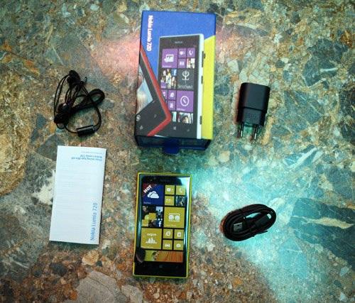 Lumia 720 mỏng với phần nắp lưng bo tròn nhìn gọn và thanh thoát hơn so với các model Lumia trước như 820 hay 920, nhưng vẫn giữ ngoại hình trẻ trung với 5 màu sắc khác nhau gồm đen, trắng, đỏ vàng và xanh lá.
