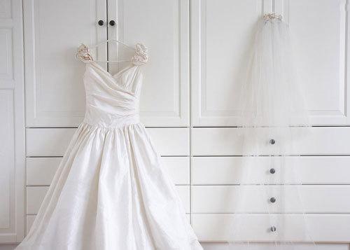 Giặt sạch váy cưới ngay sau khi sử dụng.