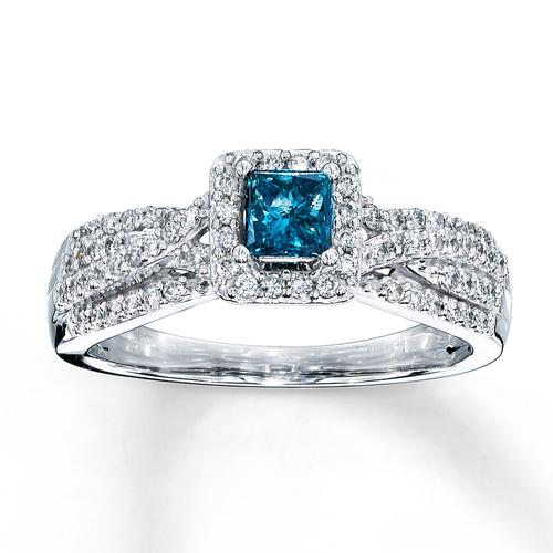 Nhẫn đính hôn gắn đá topaz xanh.