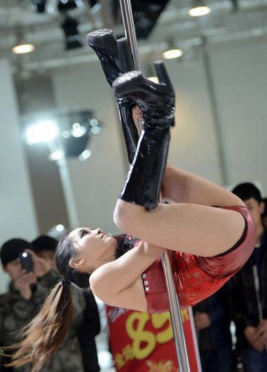 Auto show hôm 11/4 có sự xuất hiện của hàng loạt mẫu gợi cảm, thu hút quan khách. Trên bục diễn, một cô gái say sưa múa cột.