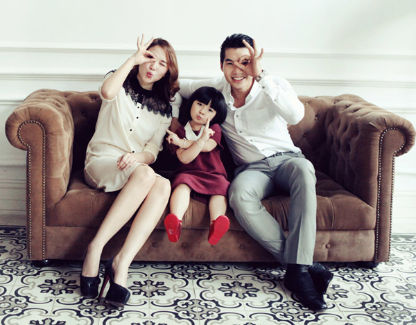 Cả hai trông hạnh phúc như những ông bố, bà mẹ trẻ thực thụ.