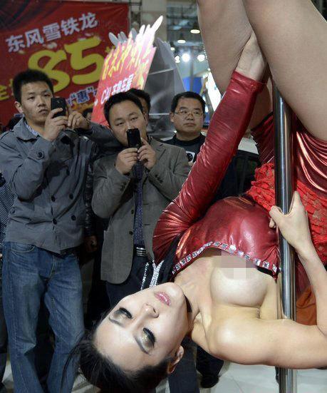 Cô gái biểu diễn say mê đến mức lộ cả ngực nhưng vẫn không phát hiện ra sự cố.