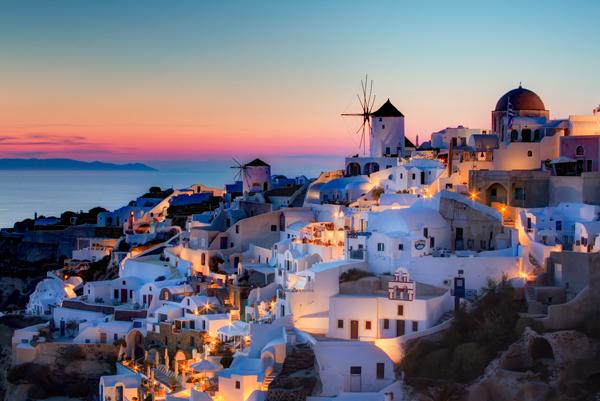 Santorini (tiếng Hy Lạp: £±½Ä¿Áί½·, phát âm [sadoˈrini]), tên cổ điển Thera ( /ˈ¸ɪrə/), và tên chính thức Thira (tiếng Hy Lạp: ˜ήÁ± [ˈ¸ira]), là một hòn đảo ở miền nam biển Aegea, nằm cách 200 km (120 mi) về phía đông nam của Hy Lạp đại lục.