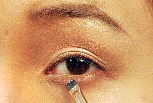 Trang điểm che đôi mắt sụp mí của cô dâu