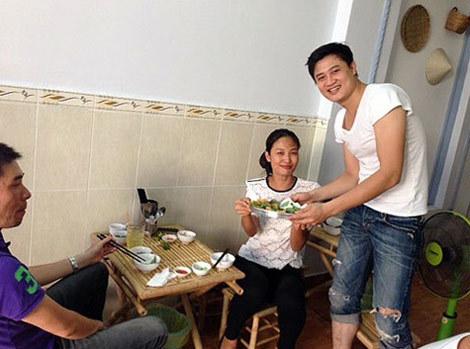 Xuân Thu tự tay bưng món ăn phục vụ khách.