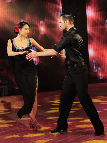 Tối 13/4, người mẫu Ngọc Quyên là một trong số ít thí sinh tỏa sáng ở liveshow 4 'Bước nhảy hoàn vũ'. Với chủ đề 'Điệu nhảy do đối thủ chọn', cặp của Ngọc Quyên phải nhảy điệu Tango.