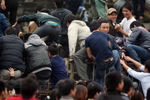 Sự lộn xộn xuất hiện khi CĐV thi nhau trèo rào lên các khán đài.