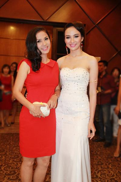Hai người đẹp thuộc hai thế hệ vui mừng khi hội ngộ. Việt Trinh, Ngọc Diễm khoe sắc trước ống kính.