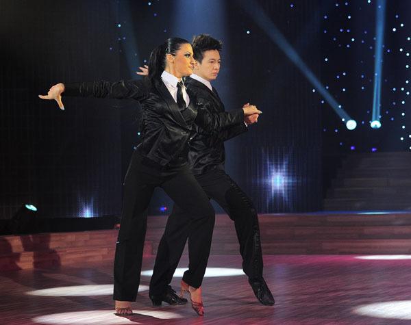 Ca sĩ Ngô Kiến Huy được đánh giá cao nhất trong đêm với vô số lời khen ngợi. Tối qua, anh và bạn nhảy phải trình diễn điệu chachacha.