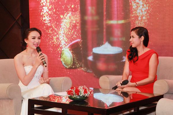Tại sự kiện, Việt Trinh chia sẻ với Ngọc Diễm và các khách mời về cách chăm sóc da ở tuổi trung niên.