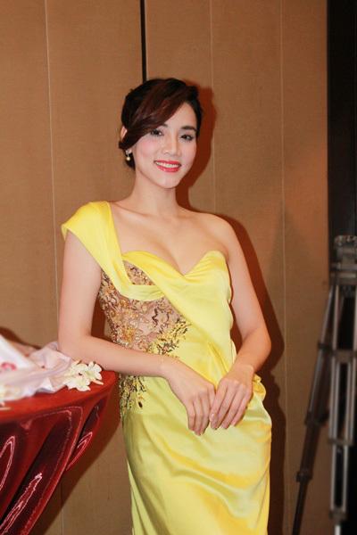 Người mẫu Trang Nhung gợi cảm trong bộ đầm vàng.