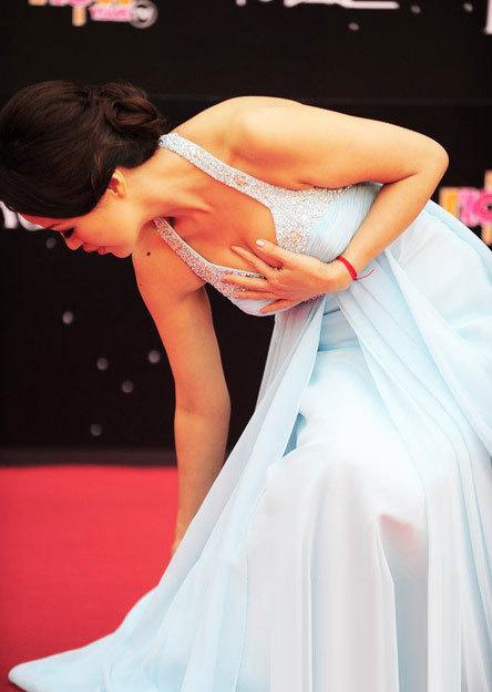 """Mỗi khi cúi xuống, người đẹp lại vội lấy tay che ngực vì sợ """"lộ hàng""""."""
