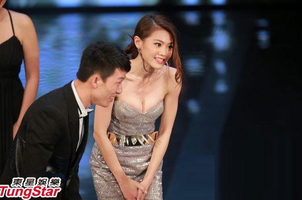 Sau màn tạo dáng sexy trên thảm đỏ, Châu Tú Na thay một bộ váy khác cũng rất gợi cảm.