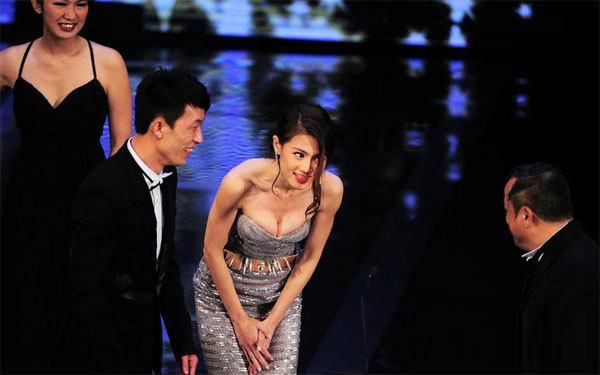 Khi cúi người trên sân khấu, người đẹp để lộ vòng một nóng bỏng.