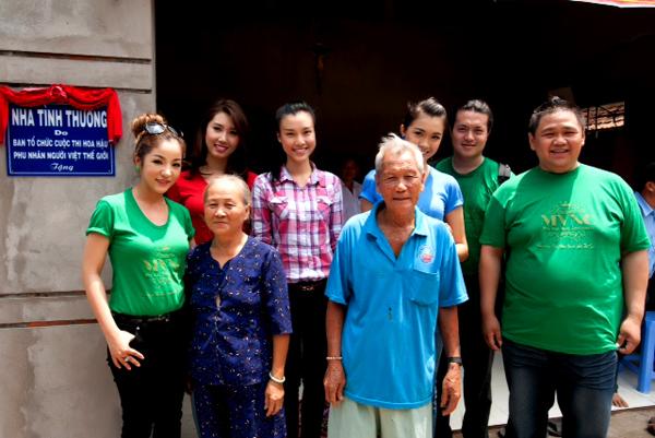Đoàn từ thiện trao nhà tình nghĩa cho vợ chồng ông Phan Văn Hòa của tỉnh Đồng Tháp.