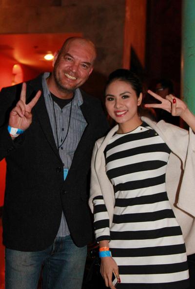 Vân Trang chụp ảnh nhí nhảnh cùng đạo diễn phim 'Sài Gòn Yo!'.