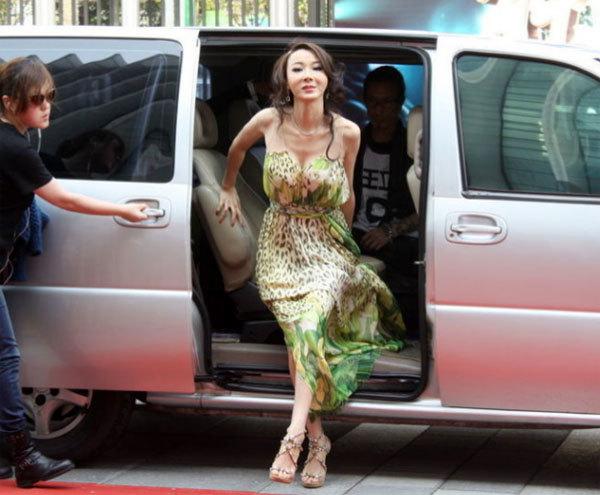 Nữ diễn viên Đài Loan thu hút mọi sự chú ý khi bước ra khỏi ô tô.