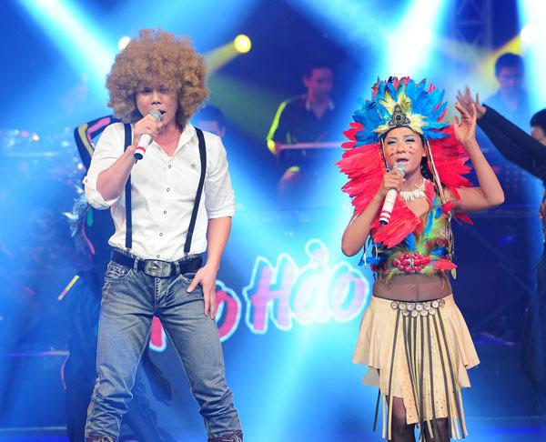 Cặp Phan Đinh Tùng - Cát Phượng tiếp tục mang đến một tiết mục hài hước khi hát 'Corazon de melao'.
