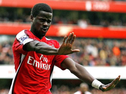 Eboue được các đồng đội và các fan quý mến khi còn khoác áo Arsenal. Ảnh: